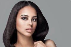 Schoonheidsportret van Afrikaans natuurlijk meisje royalty-vrije stock foto