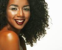 Schoonheidsportret van Afrikaanse Amerikaanse vrouw met afrokapsel en glamourmake-up stock afbeelding