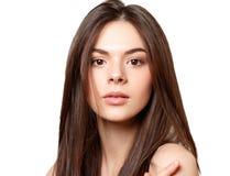 Schoonheidsportret van een jong mooi donkerbruin meisje met bruine ogen en rechtstreeks lang stromend die haar op witte achtergro stock afbeeldingen