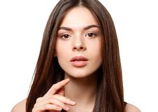 Schoonheidsportret van een jong mooi donkerbruin meisje met bruine ogen en rechtstreeks lang stromend die haar op witte achtergro royalty-vrije stock foto