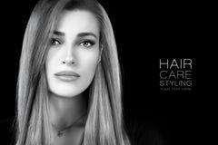 Schoonheidsportret van een jonge vrouw met gezond lang haar Haircare en kapselproducten royalty-vrije stock afbeeldingen
