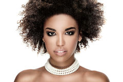 Schoonheidsportret van glimlachend meisje met afro Royalty-vrije Stock Afbeeldingen