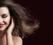 Schoonheidsportret van glimlachende donkerbruine dame Stock Afbeelding