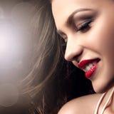 Schoonheidsportret van glimlachende donkerbruine dame Stock Fotografie