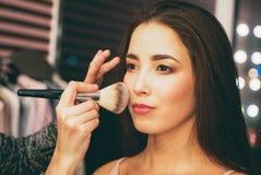 Schoonheidsportret van glimlachende sensuele Aziatische jonge vrouw met schone verse huid Coulisse met modeshow, kunstenaar die m royalty-vrije stock fotografie