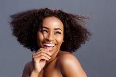 Schoonheidsportret van het jonge zwarte vrouwelijke mannequin lachen royalty-vrije stock foto's