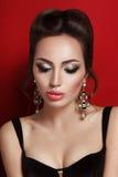 Schoonheidsportret van jonge donkerbruine vrouw in zwart korset Royalty-vrije Stock Fotografie