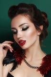 Schoonheidsportret van jonge donkerbruine vrouw in zwart korset Stock Fotografie