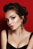 Schoonheidsportret van jonge donkerbruine vrouw in zwart korset Stock Foto