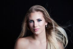 Schoonheidsportret van jonge natuurlijke blondevrouw met blauwe ogen en stock fotografie