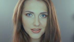 Schoonheidsportret van jonge vrouw met mooi stock footage