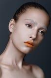 Schoonheidsportret van jonge vrouwen/meisje met oranje lippenstift, wit e Stock Foto