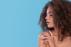 Schoonheidsportret van meisje met afrokapsel Meisje het stellen op blauwe achtergrond Het schot van de studio Royalty-vrije Stock Afbeeldingen