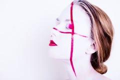 Schoonheidsportret van meisje met wit gezicht met rode strepen en rode lippen Royalty-vrije Stock Afbeelding