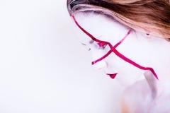 Schoonheidsportret van meisje met wit gezicht met rode strepen en rode lippen Stock Foto's