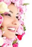 Schoonheidsportret van mooi jong vrouwelijk gezicht met bloemrozen Stock Foto's