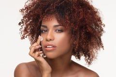 Schoonheidsportret van natuurlijk meisje met afro stock afbeelding