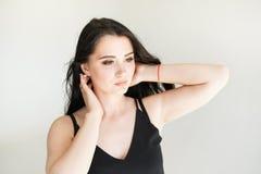 Schoonheidsportret van vrouwelijk gezicht met natuurlijke huid op witte achtergrond royalty-vrije stock fotografie