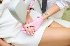 Schoonheidssalon, de verwijdering van het laserhaar, arts en patiënt stock foto's