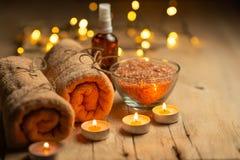Schoonheidssalon, kuuroord, ontspanning met kaarsen overzeese zoute en hete handdoeken Huidzorg en netheid Met ruimte voor ontwer stock afbeelding