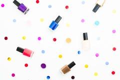 Schoonheidssamenstelling met helder nagellak op witte achtergrond Vlak leg, hoogste mening Schoonheidsconcept voor vrouw Stock Afbeeldingen