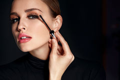 Schoonheidsschoonheidsmiddelen Vrouw die Zwarte Mascara op Lange Wimpers zetten Royalty-vrije Stock Foto's