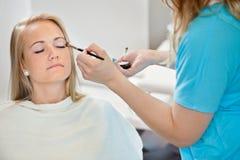 Schoonheidsspecialist Applying Make Up aan Vrouw royalty-vrije stock fotografie