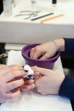 Schoonheidsspecialist die manicure maken Royalty-vrije Stock Foto