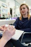 Schoonheidsspecialist die manicure maken Stock Afbeelding