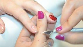 Schoonheidsspecialist die Poolse spijkers toepassen op vrouwenspijkers stock videobeelden