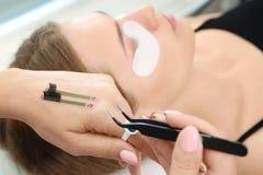 Schoonheidsspecialist die voor de procedure van wimperuitbreidingen voorbereidingen treffen Stock Foto
