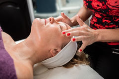 Schoonheidsspecialist Giving Face Massage aan Vrouwelijke Klant royalty-vrije stock fotografie