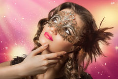 Schoonheidsspruit van slimme donkerbruine vrouw in Carnaval-masker Stock Afbeeldingen