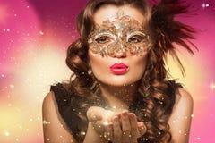 Schoonheidsspruit van slimme donkerbruine vrouw in Carnaval-masker Royalty-vrije Stock Foto