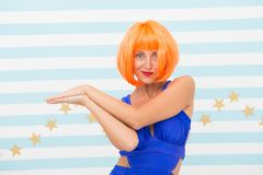 Schoonheidsstijl van gek meisje de gekke gekke partij van de meisjesviering het mannequinmeisje heeft oranje haar en make-up scho stock fotografie
