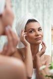 Schoonheidsvrouw in badkamers stock foto