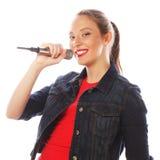 Schoonheidsvrouw die rode t-shirt met microfoon dragen Royalty-vrije Stock Foto's