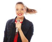 Schoonheidsvrouw die rode t-shirt met microfoon dragen Stock Fotografie