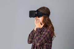Schoonheidsvrouw die virtuele werkelijkheidsglazen testen Stock Afbeeldingen