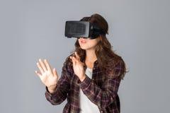 Schoonheidsvrouw die virtuele werkelijkheidshelm testen Royalty-vrije Stock Afbeeldingen