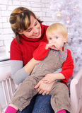 Schoonheidsvrouw en kind bij Kerstmisdecoratie Stock Foto's