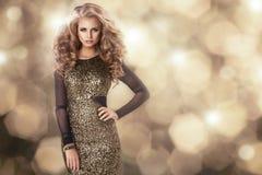 Schoonheidsvrouw in gouden kleding royalty-vrije stock afbeeldingen