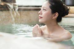 Schoonheidsvrouw het ontspannen in de hete lentes royalty-vrije stock foto's