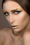 Schoonheidsvrouw met gouden samenstelling royalty-vrije stock afbeeldingen