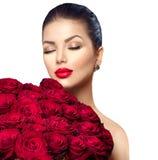 Schoonheidsvrouw met groot boeket van rode rozen royalty-vrije stock foto