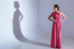 Schoonheidsvrouw met handen op haar heupen royalty-vrije stock foto's