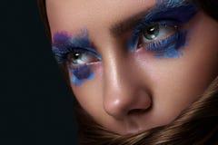 Schoonheidsvrouw met het blauwe Art. van de Ogenmake-up royalty-vrije stock afbeeldingen