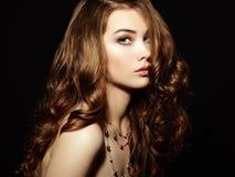 Schoonheidsvrouw met lang krullend haar Mooi meisje met elegant h Stock Afbeelding