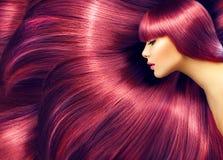 Schoonheidsvrouw met lang rood haar als achtergrond Stock Foto