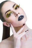 Schoonheidsvrouw met lange gele zwepen en zwarte lippen stock afbeelding